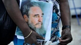 En la fila de espera, una mujer porta el retraro de Fidel Castro. La Habana, 28 noviembre 2016.