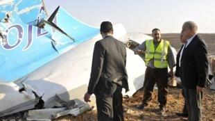 埃及總理在飛機殘骸前,聽取救援人員的報告。