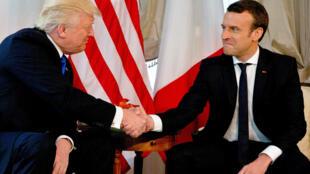 Tổng thống Mỹ Donald Trump (T) bắt tay nguyên thủ Pháp Emmanuel Macron, Bruxelles, Bỉ, ngày 25/05/2017