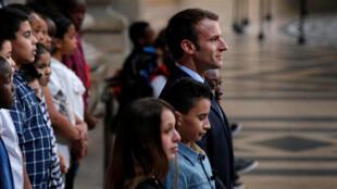 Le 27 avril 2018, jour de commémoration de l'abolition de l'esclavage au Panthéon, le président Macron, ici entouré d'élèves, a annoncé que l'hôtel de la Marine accueillera bien la Fondation pour la mémoire de l'esclavage.