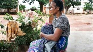 Une mère et son bébé dans la cour de l'hôpital Betroka dans le sud de Madagascar, en février 2013.