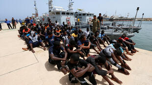 Migrantes resgatados pela guarda costeira líbia numa base naval de Trípoli, em 3 de julho de 2018.