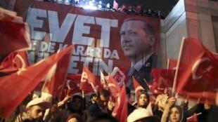 """Parditários do Presidente Erdogan festejam a vitória do SIM """"uma lição ao Ocidente"""" ."""
