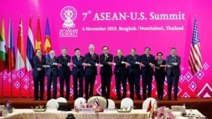 Thượng Đỉnh Mỹ-ASEAN lần thứ 7 ngày 04/11/2019 tại Bangkok, Thái Lan: Chỉ có ba thủ tướng Lào Thongloun Sisoulith (thứ 4, từ bên trái), Thái Lan Prayut Chan-O-Cha (thứ 6), Việt Nam Nguyễn Xuân Phúc (thứ 7) và cố vấn an ninh Mỹ Robert O'Brien (thứ 5).