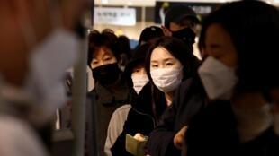 Người dân Hàn Quốc xếp hàng mua khẩu trang tại một trung tâm thương mại ở Seoul ngày 27/02/2020.