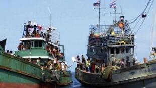Barco com migrantes recebe ajuda de um pesqueiro