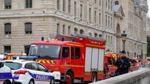 Policiais em frente da sede da Polícia de Paris logo após do ataque.