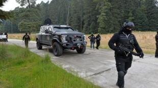 Police et militaires lors des opérations de recherche du Français et du Mexicain enlevés dimanche dans le parc du volcan Nevado de Toluca.