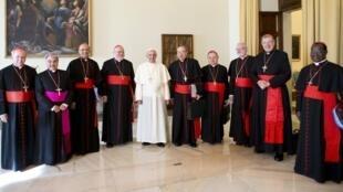 El papa Francisco con los cardenales, el pasado 1° de octubre de 2013.