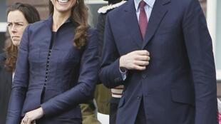 El príncipe Guillermo y Kate Middleton en Darwen, al norte de Inglaterra, el 11 de abril  de 2011.