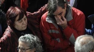 Familiares choram a morte de seis mineiros na Espanha nesta quarta-feira.