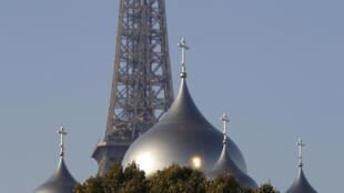 La Catedral de la Santa Trinidad y la Torre Eiffel en el fondo, en París, el pasado 12 de octubre de 2016.