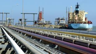 Petrolero en un terminal de carga Venezuela.