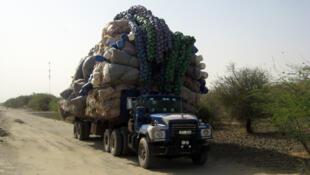 Un camion de transport de marchandises sur une route camerounaise.