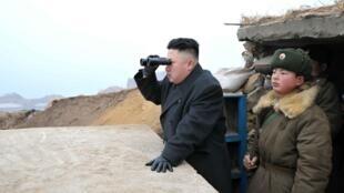 O líder norte-coreano Kim Jong-un observa posições do exército sul-coreano na fronteira.