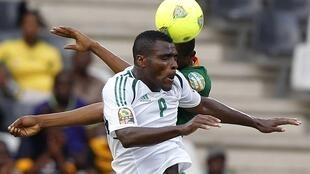 Nigeria's Brown Ideye (front) is challenged by Zambia's Stopilla Sunzu, 25 January, 2013