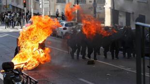 Một cảnh đốt phá tại Marseille ngày 06/12/2018. Lo sợ bạo động lại nổ ra thứ Bảy 8/12, chính phủ Pháp nhượng bộ.