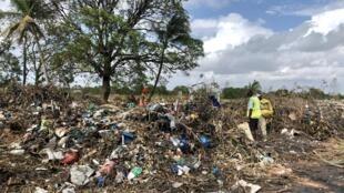 Remoção de destroços do ciclone Idai, em Moçambique (Lixeira cerâmica) a 26 de Março de 2019.