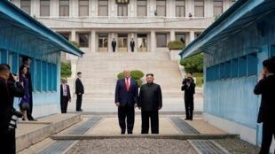 Tổng thống Mỹ Donald Trump và lãnh đạo Bắc Triều Tiên Kim Jong Un tại đường ranh giới vùng phi quân sự Bàn Môn Điếm, ngày 30/06/2019.