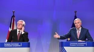 Bộ trưởng phụ trách Brexit của Anh Quốc, David Davis (T) và trưởng đoàn đàm phán của Liên Hiệp Châu Âu, ông Michel Barnier, trong buổi họp báo tại Bruxelles, ngày 19/03/2018.
