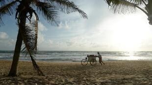 Un vendeur de cacahuètes sur une plage au Sri Lanka.