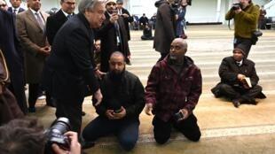 Le secrétaire général de l'ONU António Guterres visite le Centre culture islamique de Manhattan, à New York, le 22 mars 2019.