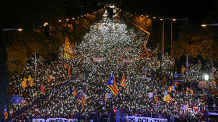 Miles de manifestantes alumbraron sus teléfonos durante la manifestación para pedir la libertad de los dirigentes independentistas catalanes, 11 noviembre 2017.