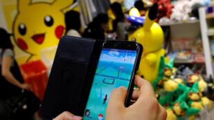 """Homem joga """"Pokemon Go"""" no celular"""