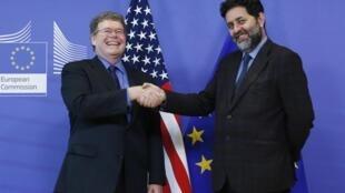 Los negociadores estadounidense y europeo, Dan Mullaney e Ignacio García Bercero, este 11 de noviembre de 2013 en Bruselas.