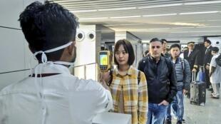 Kiểm tra thân nhiệt hành khách đến từ Vũ Hán, tại một sân bay Ấn Độ, ngày 21/01/2020. Biện pháp sau này được chứng minh là không đủ đế phát hiện người nhiễm virus corona mới.