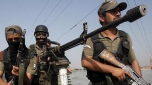 Des militaires pakistanais arrivent sur les lieux de l'attaque d'une base aérienne, dans le nord-ouest du Pakistan, le 18 septembre 2015.