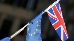 As bandeiras europeia e britânica juntas.