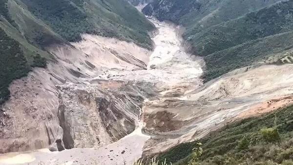 西藏江達縣山體滑坡造成金沙江斷流下遊民眾急撤,2018年10月12日。