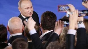 Согласно опросу ВЦИОМ, политиком уходящего года россияне по-прежнему называют Владимира Путина.