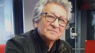 El artista peruano Rodolfo Quiroz en los estudios de RFI