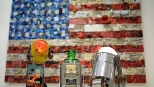 Objetos simples e altamente elaborados são expostos na galeria Brauer.