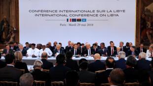 Os representantes da Líbia reunidos no em Paris, 29 de maio.