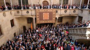 Prefeitos da Catalunha se reuniram em Barcelona para demonstrar apoio ao referendo pela independência da região.
