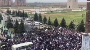 Митинг перед зданием парламента Ингушетии в Магасе. Из Твиттера корреспондента Би-би-си