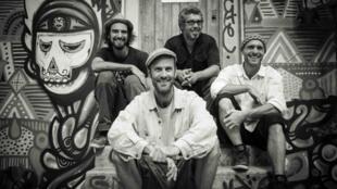 Sociedade Recreativa é o nome do projeto que surgiu da fusão do trio franco-brasileiro Forró de Rebeca com o DJ norte-americano, Maga Bo.