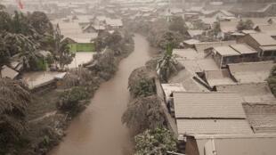 Erupção de vulcão na Indonésia causa deslocamento da população e cancelamento de voos
