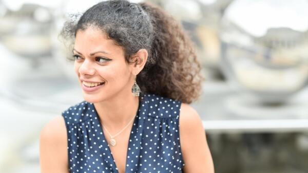 Yéza Lucas, coach francesa que ensina a ser freelancer.