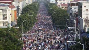 Decenas de miles de trabajadores del sector textil reclamaron un aumento de salario en la capital camboyana..