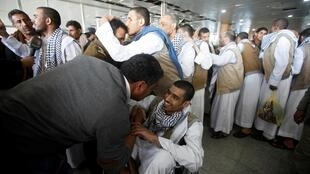 Le Comité international de la Croix-Rouge (CICR) a rapatrié jeudi 28 novembre à Sanaa ces rebelles yéménites libérés par l'Arabie saoudite. Les efforts se multiplient pour mettre fin à la guerre au Yémen.