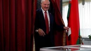 Президент Беларуси Александр Лукашенко на избирательном участке, 17 ноября 2019