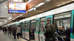 Passageiros no metrô de Paris.
