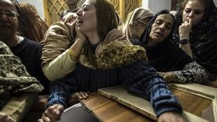 Une mère pleure son fils de 15 ans abattu par les talibans lors de l'attaque de l'école, à Peshawar, le 16 décembre 2014.