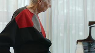 La pianista argentina Margarita Fernández en la obra audiovisual de Alejandro Cesarco.