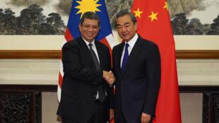 Ngoại trưởng Trung Quốc Vương Nghị Wang Yi (P) và đồng nhiệm Malaysia Saifuddin Abdullah, trong cuộc gặp tại Bắc Kinh, ngày 12/09/2019