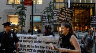 Protestos em frente a Trump Tower em Nova York em apoio aos jogadores de futebol americanos criticados por Donald Trump